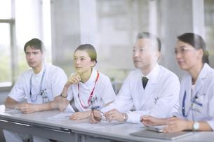 会議中の医師たちの写真素材 [FYI02973212]