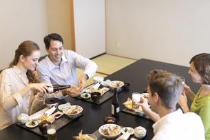 日本料理を楽しむ男女4人の外国人の写真素材 [FYI02973213]