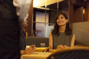 レストランで注文をする女性と店員の写真素材 [FYI02973219]
