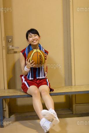 バスケットボールを持って笑う女子学生の写真素材 [FYI02973224]