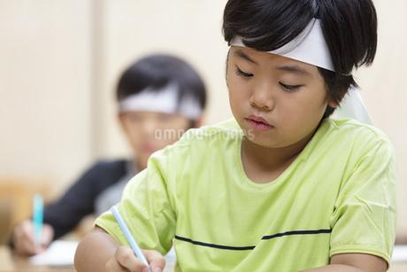 塾の合宿で授業を受ける男の子の写真素材 [FYI02973225]