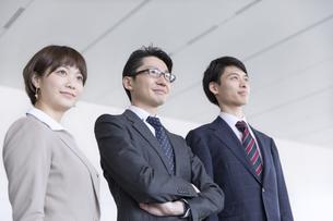 横並びで立つ3人のビジネス男女の写真素材 [FYI02973235]
