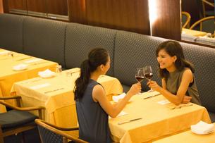 レストランで乾杯する女性2人の写真素材 [FYI02973236]