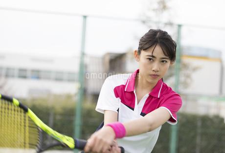 テニスをする女子学生の写真素材 [FYI02973241]