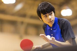 卓球をする男子学生の写真素材 [FYI02973242]