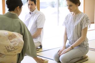 茶道を体験する男女の外国人観光客の写真素材 [FYI02973243]