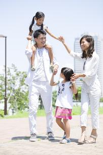 子供を肩車する父と手を繋ぐ母と子供の写真素材 [FYI02973252]