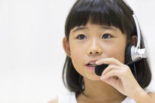 インカムを付けて話す女の子の写真素材 [FYI02973264]