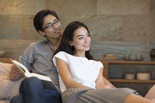 ソファーでくつろぐ夫婦の写真素材 [FYI02973265]