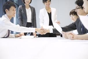 会議で握手をする2人のビジネス男性の写真素材 [FYI02973270]