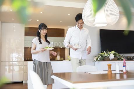食事の用意をする夫婦の写真素材 [FYI02973271]