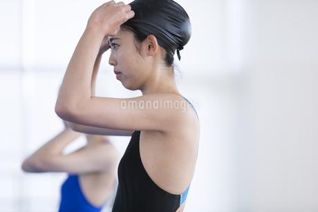 水泳をする女子学生の写真素材 [FYI02973273]