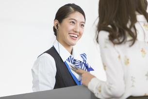 接客を行う空港職員の写真素材 [FYI02973274]