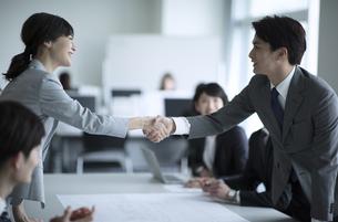 会議で握手をするビジネス男女の写真素材 [FYI02973287]