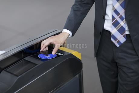 改札で定期券をかざすビジネス男性の手元の写真素材 [FYI02973290]
