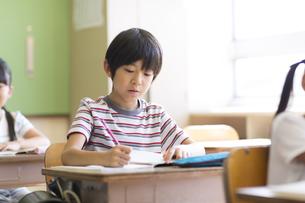 教室で授業を受ける小学生の男の子の写真素材 [FYI02973302]