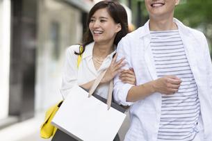 ショッピングを楽しむ男性と女性の写真素材 [FYI02973305]