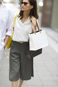 ショッピングをしている男性と女性の写真素材 [FYI02973308]