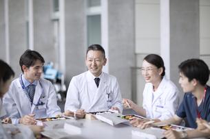ランチミーティングを行う医師たちの写真素材 [FYI02973309]