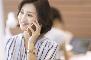 電話をするビジネス女性の写真素材 [FYI02973311]