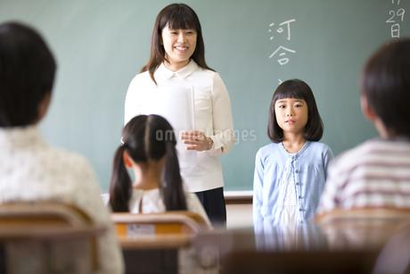 教室で自己紹介をしている女の子の写真素材 [FYI02973314]