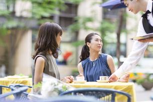 オープンカフェで食事をする女性2人の写真素材 [FYI02973317]