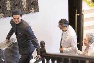 ホテル内を歩くシニア夫婦の旅行者の写真素材 [FYI02973319]