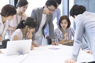 会議中のビジネスマンの写真素材 [FYI02973325]