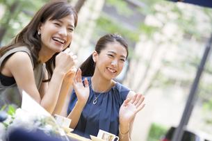 オープンカフェで笑う女性2人の写真素材 [FYI02973326]