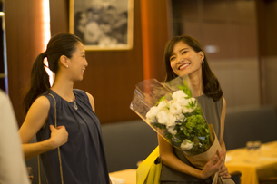 花束を持って笑う女性の写真素材 [FYI02973327]