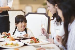 レストランで食事をする親子と友人女性の写真素材 [FYI02973329]