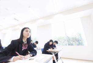 授業を受ける女子高校生の写真素材 [FYI02973330]