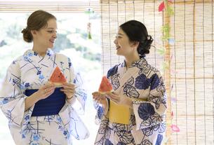 スイカを持つ外国人観光客と日本人女性の写真素材 [FYI02973332]