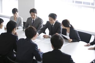 会議中のビジネスマンの写真素材 [FYI02973333]