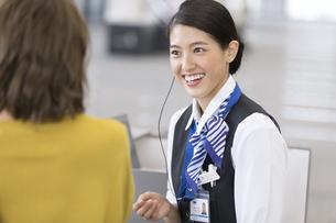 接客を行う空港職員の写真素材 [FYI02973340]