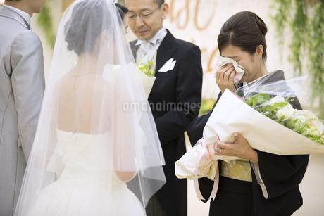 花束を受け取り涙ぐむ母親の写真素材 [FYI02973345]