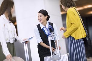 タグ付けをする空港職員の写真素材 [FYI02973348]