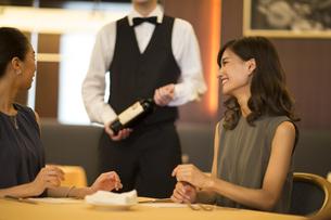 レストランで会話を楽しむ女性の写真素材 [FYI02973355]