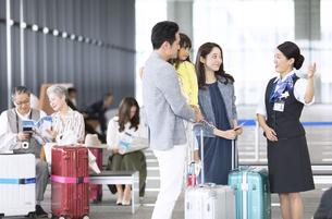 家族を案内する空港職員の写真素材 [FYI02973364]