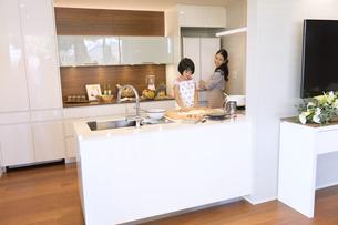 キッチンで料理を作る母親と娘の写真素材 [FYI02973365]