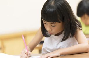 塾の合宿で授業を受ける女の子の写真素材 [FYI02973368]