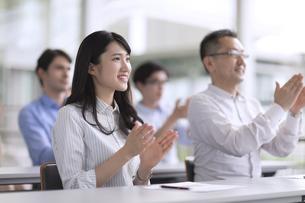 会議で拍手をするビジネス女性の写真素材 [FYI02973373]
