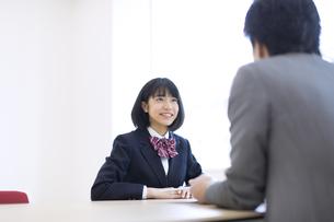 面談を受ける女子高校生の写真素材 [FYI02973377]