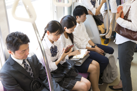電車移動する人々の写真素材 [FYI02973382]