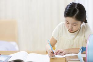 家で勉強をする女の子の写真素材 [FYI02973385]