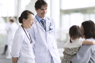 患者と会話をする医師たちの写真素材 [FYI02973387]