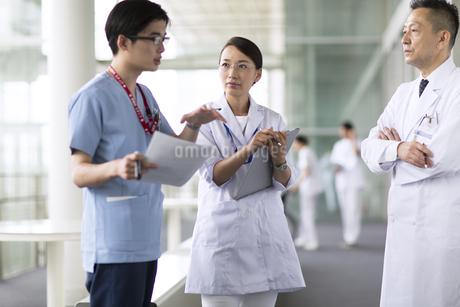 打ち合わせをする医師たちの写真素材 [FYI02973389]
