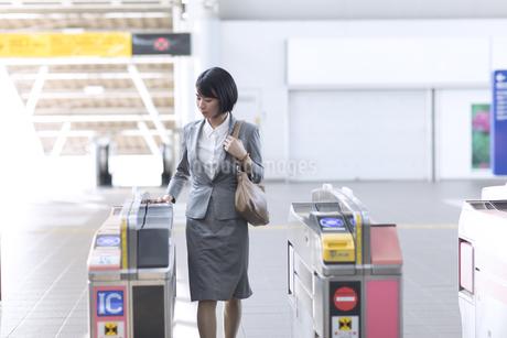 駅の改札を通過するビジネス女性の写真素材 [FYI02973390]