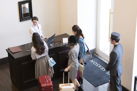 チェックイン中の3人の女性旅行者の写真素材 [FYI02973394]