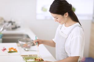 お弁当を作る女性の写真素材 [FYI02973396]